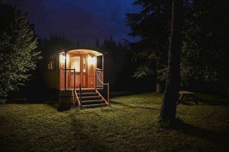 Location de vacances - Roulotte à Pernes-les-Fontaines - Roulotte en soirée, éclairage nuit