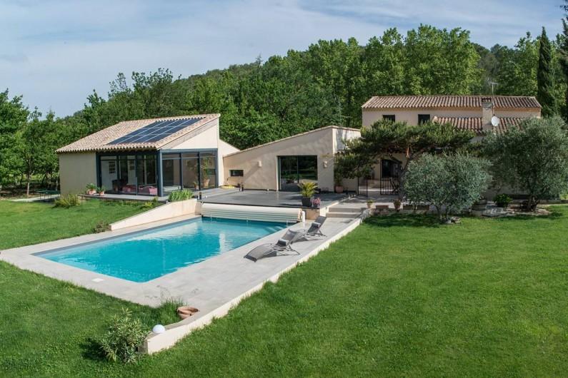 Location de vacances - Roulotte à Pernes-les-Fontaines - Piscine 10 x 5 m - Profondeur 1,40 m sécurisée par volet roulant.