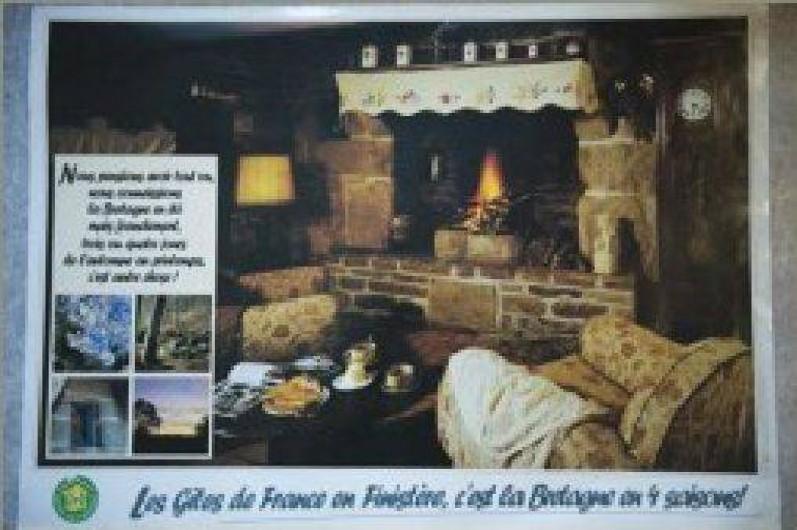 Location de vacances - Gîte à Loc-Eguiner-Saint-Thégonnec - photo intérieur avec sa belle cheminée