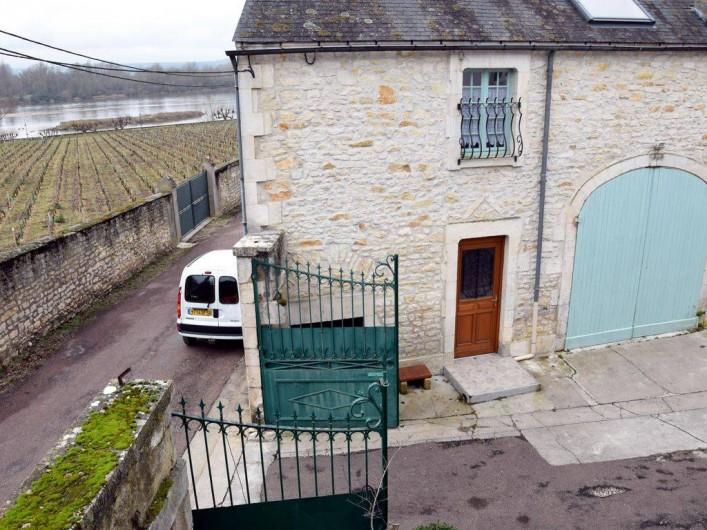Location de vacances - Appartement à Pouilly-sur-Loire - Entrée de la cour et porte entrée du gîte
