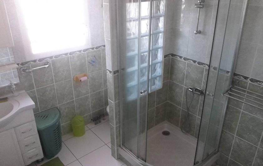 Location de vacances - Studio à Sainte-Anne - Salle de bain avec cabine de douche