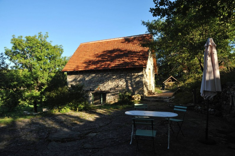 Location de vacances - Gîte à Corn - vue de la grangette- porte de la chambre