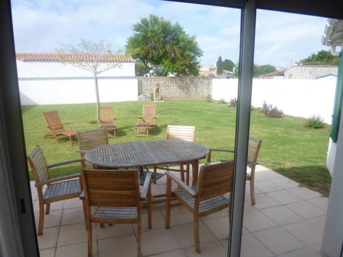 Location de vacances - Villa à Ars-en-Ré - Jardin, terrasse vus du séjour