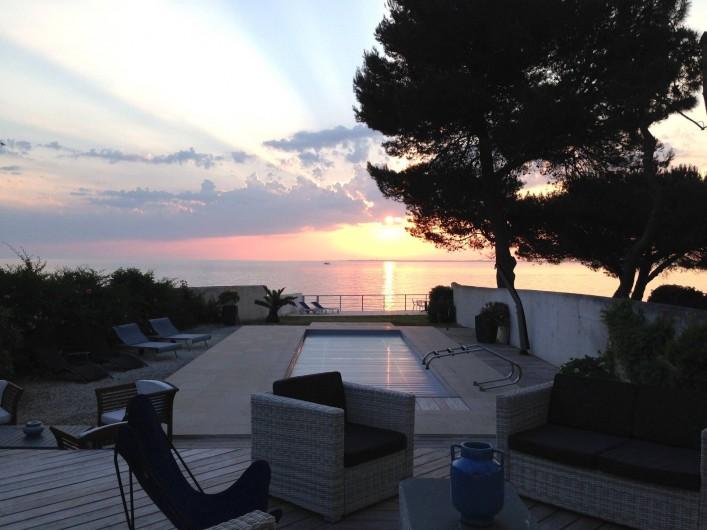 Location de vacances - Villa à La Flotte - Lever de soleil vu du salon cuisine et 2 chambres