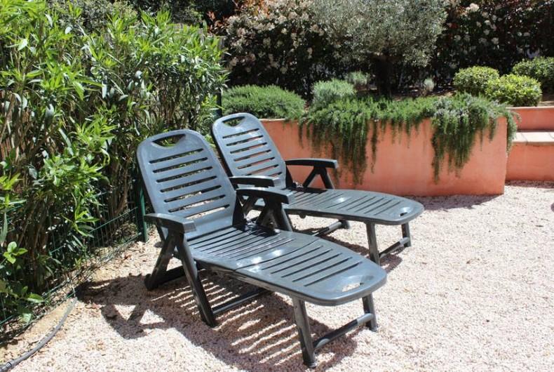 Location de vacances - Appartement à Gassin - 2 transats pour vos bains de soleil ...