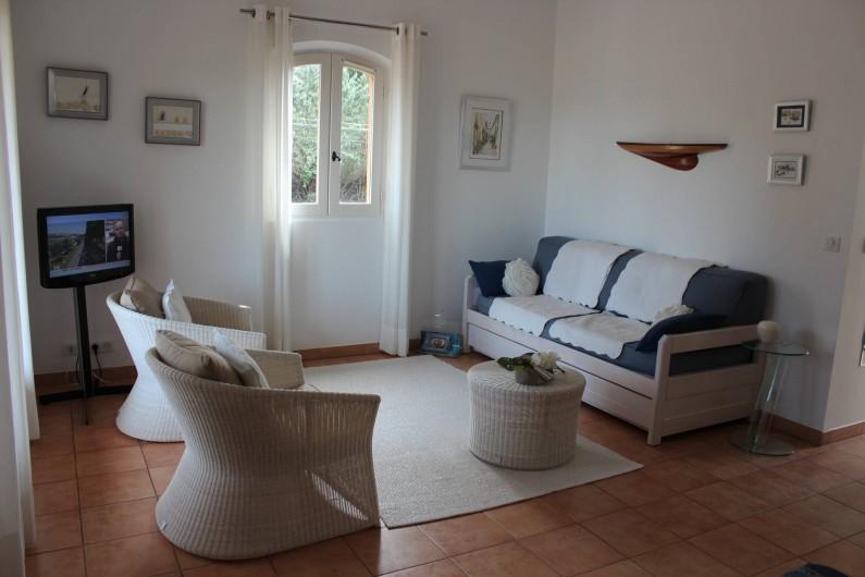 Location de vacances - Appartement à Gassin - séjour avec porte-fenêtre sur balcon où vous pourrez déjeuner ...