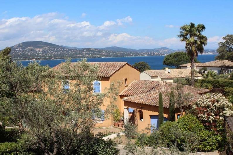 Location de vacances - Appartement à Gassin - Petite résidence de standing dans un environnement verdoyant avec vue mer ...