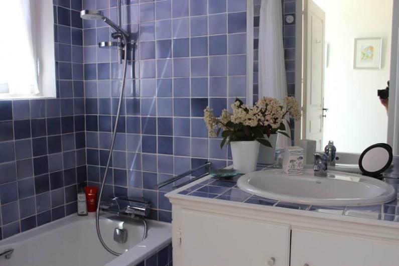 Location de vacances - Appartement à Gassin - SDB avec large pomme de douche, sèche serviettes Acova et sèche cheveux