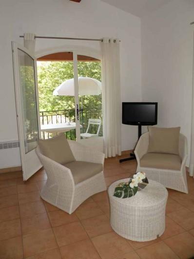 Location de vacances - Appartement à Gassin - Séjour ouvrant sur le balcon, vue mer ...