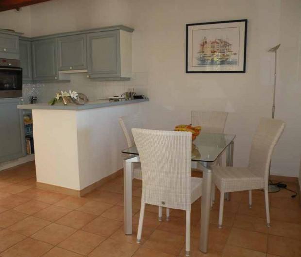 Location de vacances - Appartement à Gassin - Cuisine ouverte sur l'espace repas ...