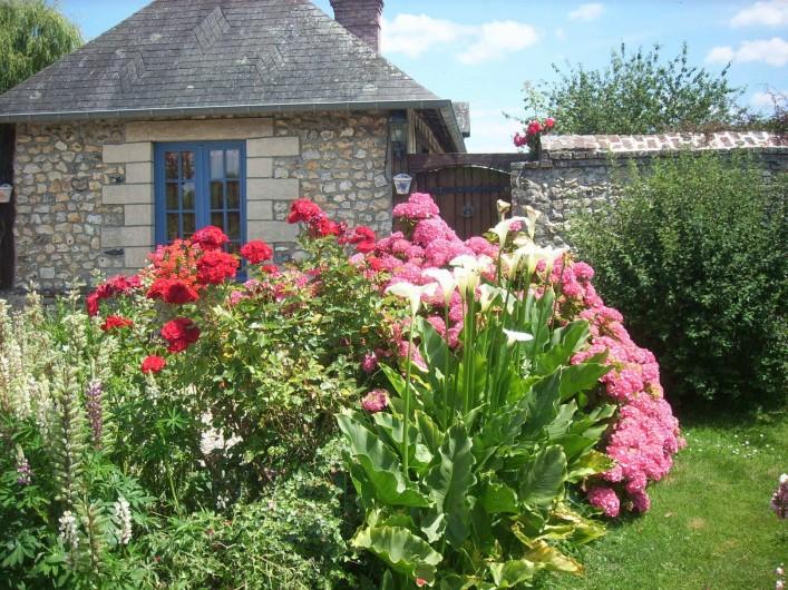 Location de vacances - Gîte à Berville-sur-Mer - entrée de la cour fleurie