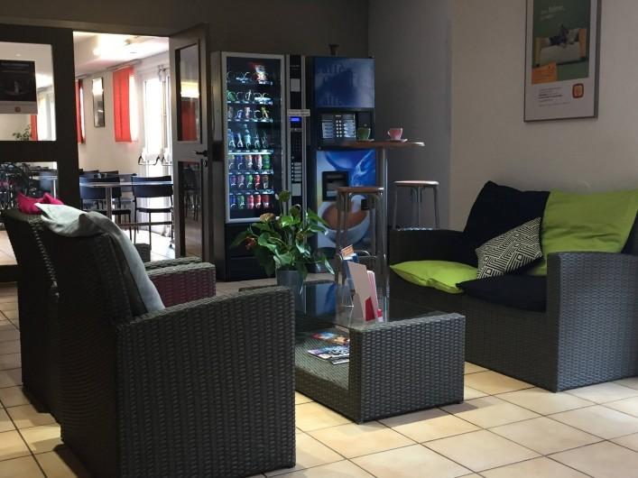 Location de vacances - Hôtel - Auberge à Villeneuve-lès-Béziers - Espace Detente Salon de Réception  distributeur de boisson