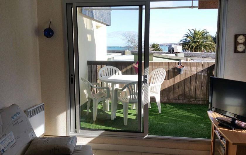 Location de vacances - Appartement à Perros-Guirec - terrasse et salon de jardin