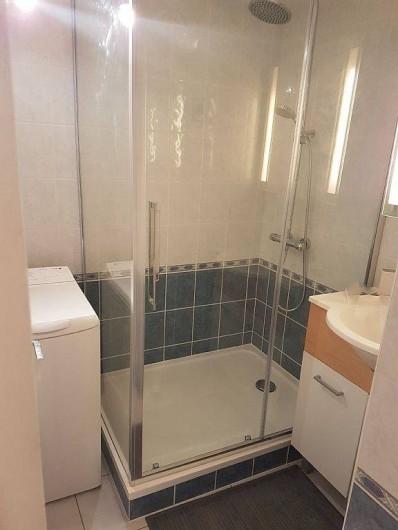 Location de vacances - Appartement à Perros-Guirec - salle d'eau avec grande douche