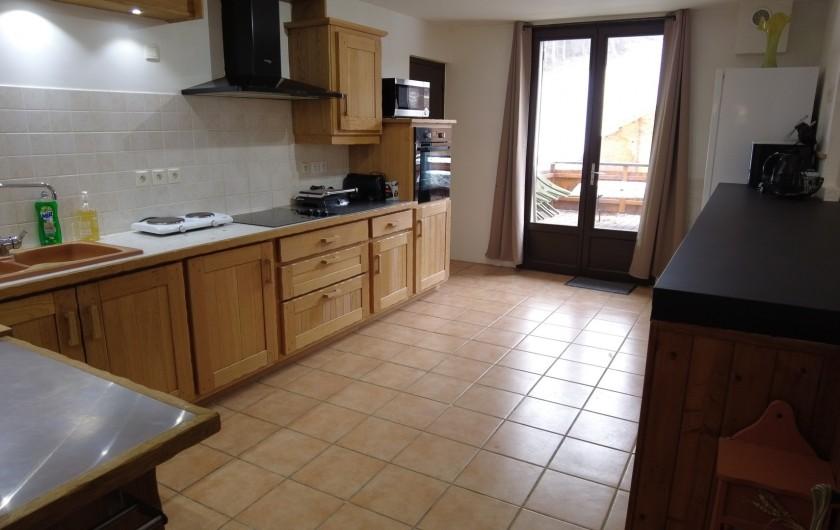 Location de vacances - Maison - Villa à Saint-Léger-les-Mélèzes - CUISINE DONNAT SUR LA TERRASSE LOCATION DU HAUT