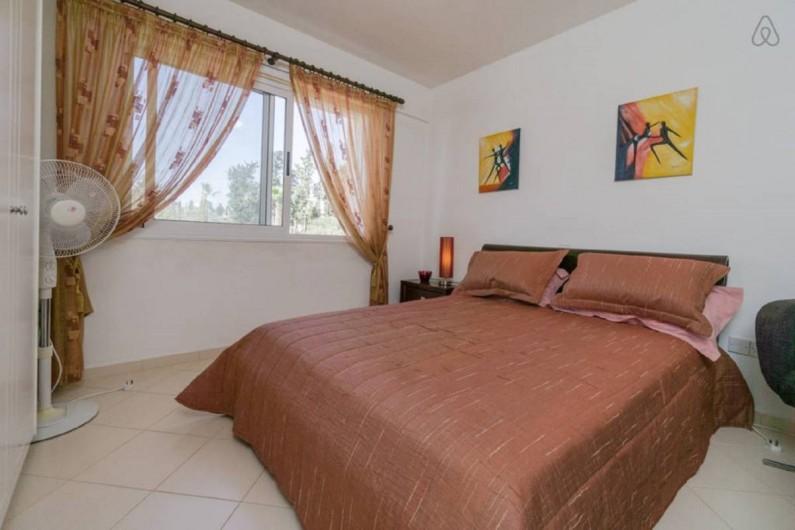 Location de vacances - Villa à Paphos - La chambre à coucher avec la vue sur le jardin