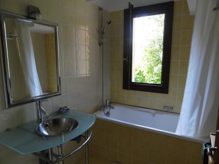 Location de vacances - Appartement à Vénosc - Salle de bain. fenêtre NO
