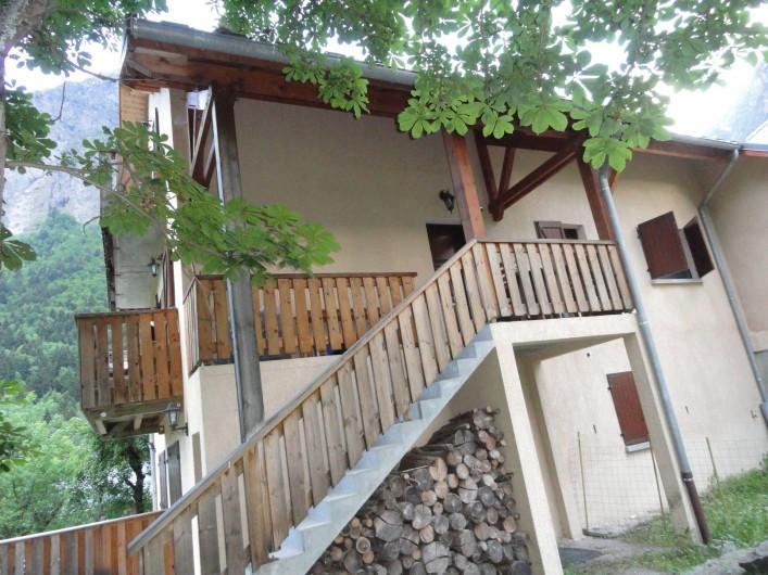 Location de vacances - Appartement à Vénosc - Escalier montant à l'appartement.