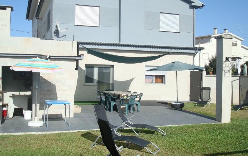Location de vacances - Villa à Cepães - Beau jardin barbecue,   pelouse, transats, balançoire.