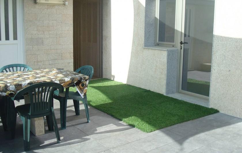 Location de vacances - Villa à Cepães - table a manger sur la terrasse exterieure devant jardin pelouse.