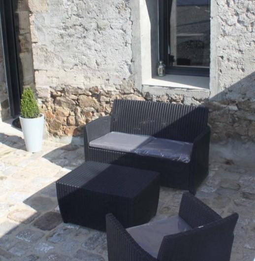 Location de vacances - Chambre d'hôtes à Saint-André-de-la-Marche - Salon de jardin de la terrasse privative de la chambre Nature