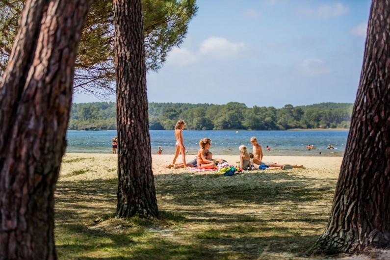Location de vacances - Camping à Sainte-Eulalie-en-Born - plage du lac