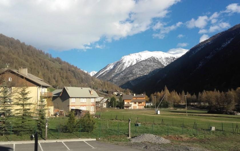 Location de vacances - Appartement à Abries - vue su r la montagne depuis la terrasse.