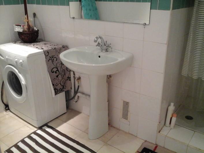 Location de vacances - Appartement à Fort-de-France - Salle de bain  avec machine à laver