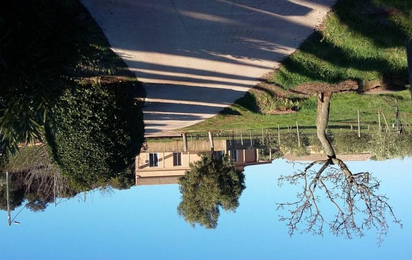 Location de vacances - Villa à Le Puech - Vue lorsqu'on arrive à la villa.