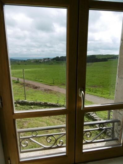 Location de vacances - Gîte à Saint-Chély-d'Aubrac - Vue sur le village d  'Aubrac et la vallée du Lot