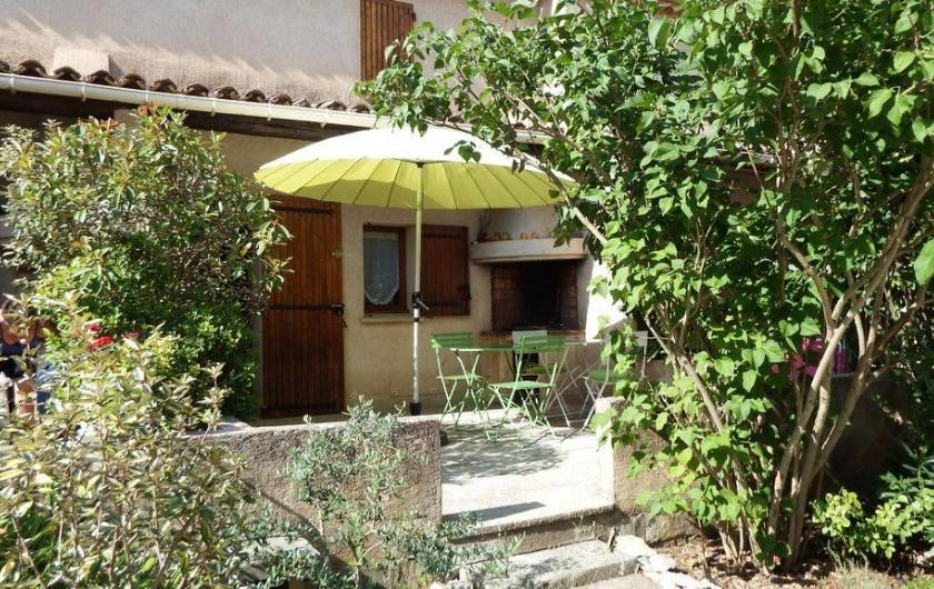 Location de vacances - Maison - Villa à Rustrel - La terrasse privée devant la piscine.