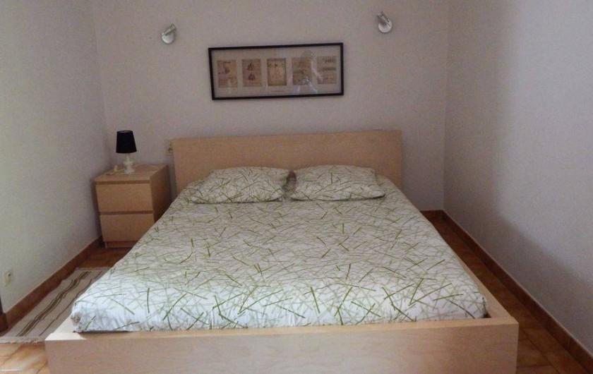 Location de vacances - Maison - Villa à Rustrel - La chambre principale (lit de très bonne qualité, matelas latex 160 cm).