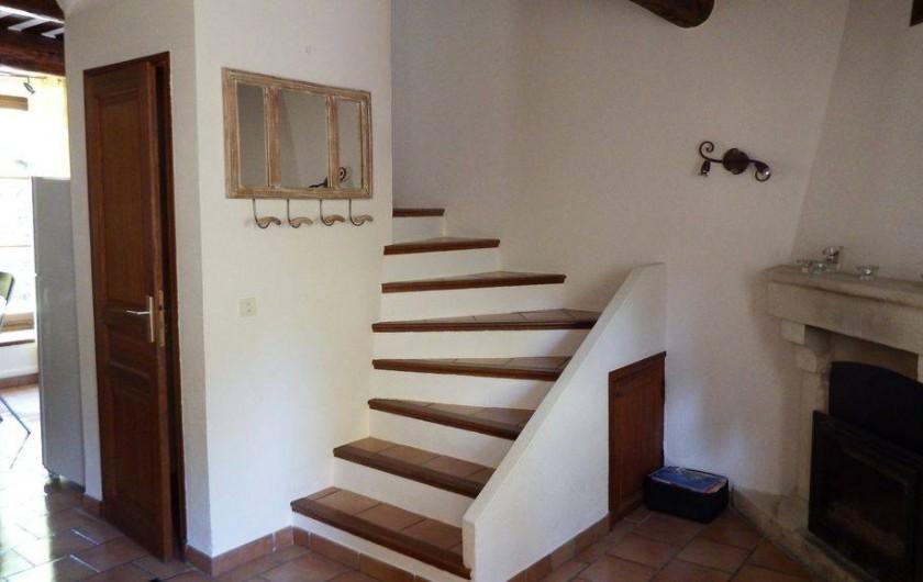 Location de vacances - Maison - Villa à Rustrel - Escalier qui monte aux chambres et cheminée à bois.