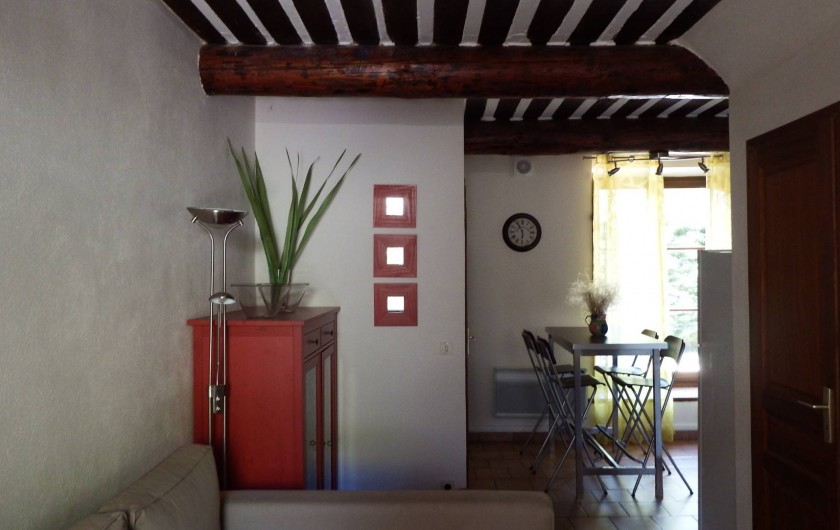 Location de vacances - Maison - Villa à Rustrel - Le salon et l'espace à repas moderne.