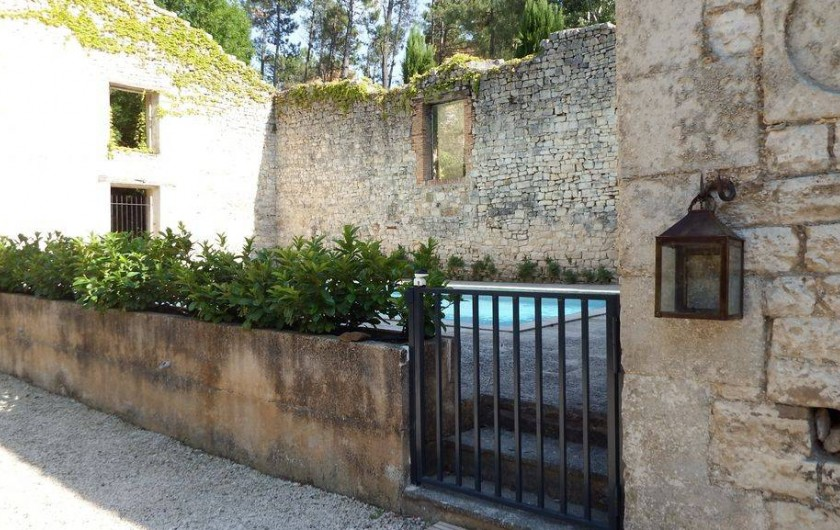 Location de vacances - Maison - Villa à Rustrel - Piscine sécurisée pour les enfants.