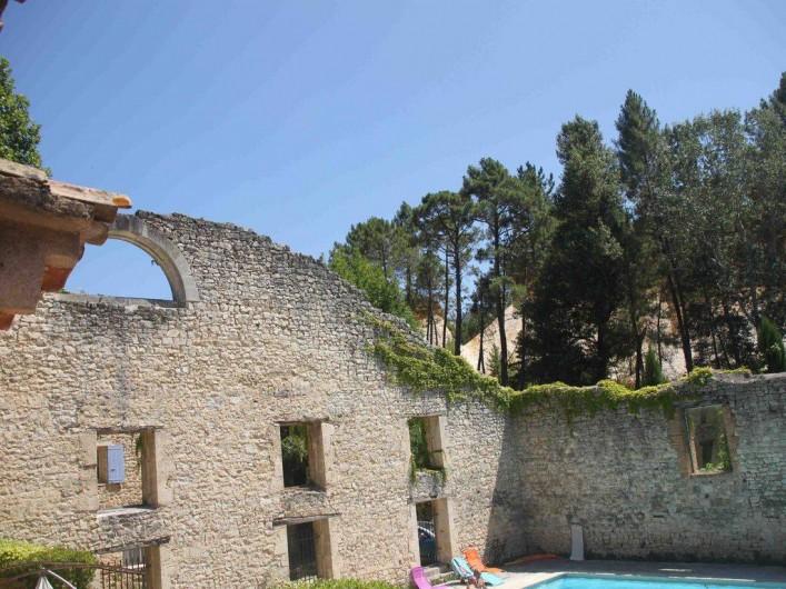 Location de vacances - Maison - Villa à Rustrel - Vue de la chambre des enfants.