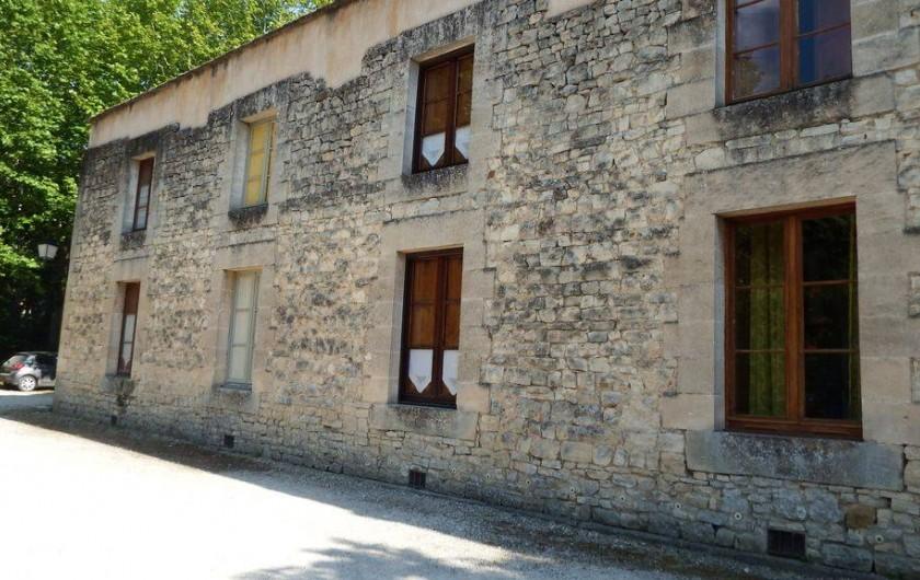 Location de vacances - Maison - Villa à Rustrel - Espace de parking devant la fenêtre du logement.