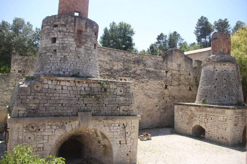 Location de vacances - Maison - Villa à Rustrel - Les Hauts-Fourneaux, devant la terrasse.