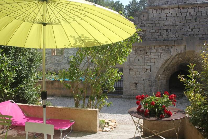 Location de vacances - Maison - Villa à Rustrel - La terrasse ensoleillée.