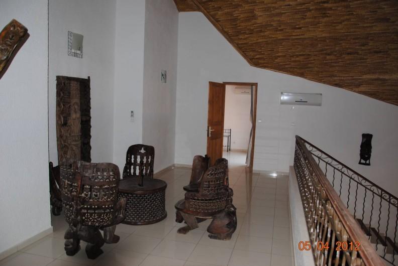 Location de vacances - Maison - Villa à Nianing - Salon africain sur l'étage qui dessert 2 chambres