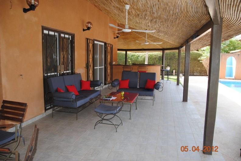 Location de vacances - Maison - Villa à Nianing - Salon extérieur avec bar à l'arrière: lire, boire un jus de bissap...