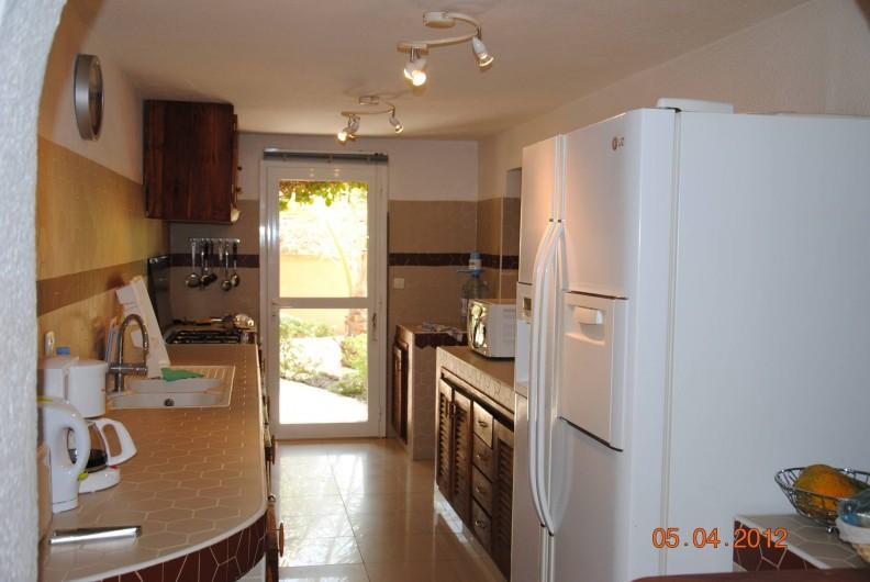 Location de vacances - Maison - Villa à Nianing - La cuisine avec réfrigérateur américain, cuisinière avec four, cafetière...