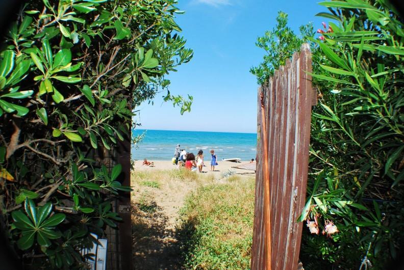Location de vacances - Villa à Albinia - La plage depuis le jardin
