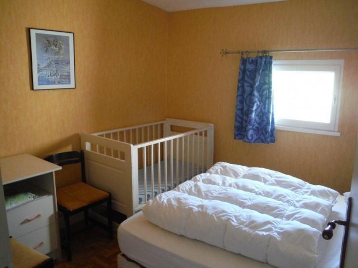 Location de vacances - Gîte à Mirmande - Chambre avec lit bébé
