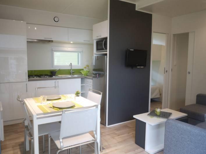 Location de vacances - Bungalow - Mobilhome à Biscarrosse - L'intérieur du TAOS Cuisine équipée d'un lave vaisselle grand confort 6 pers.