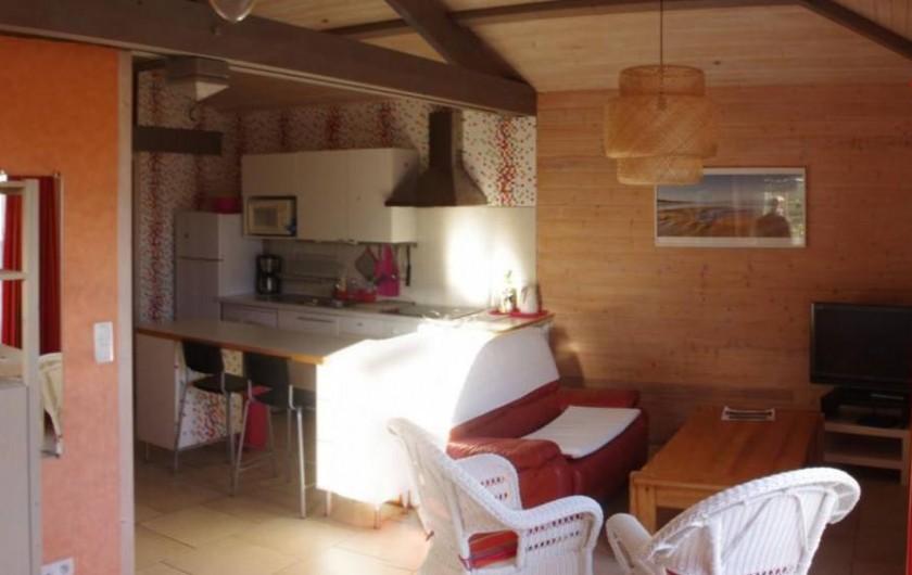 Location de vacances - Gîte à Brem-sur-Mer - salon cuisine