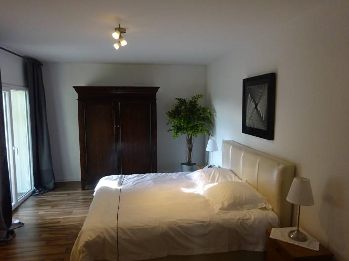 Location de vacances - Appartement à Linz am Rhein - Salle à coucher avec un grand lit et accès directe au jardin