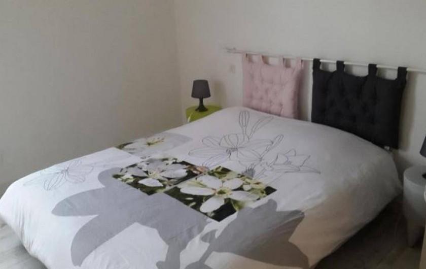Location de vacances - Gîte à Bréhémont - chambre n°1 avec lit 160 et douche privative suite parentale