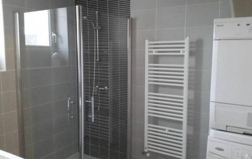 Location de vacances - Gîte à Bréhémont - salle d eau n°2 avec lave linge et sèche linge