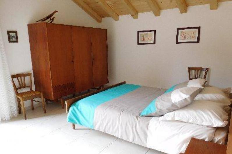 Location de vacances - Chalet à Samoëns - Chambre au 1er niveau avec 1 porte-fenêtre s'ouvrant sur 1 balcon (façade sud)